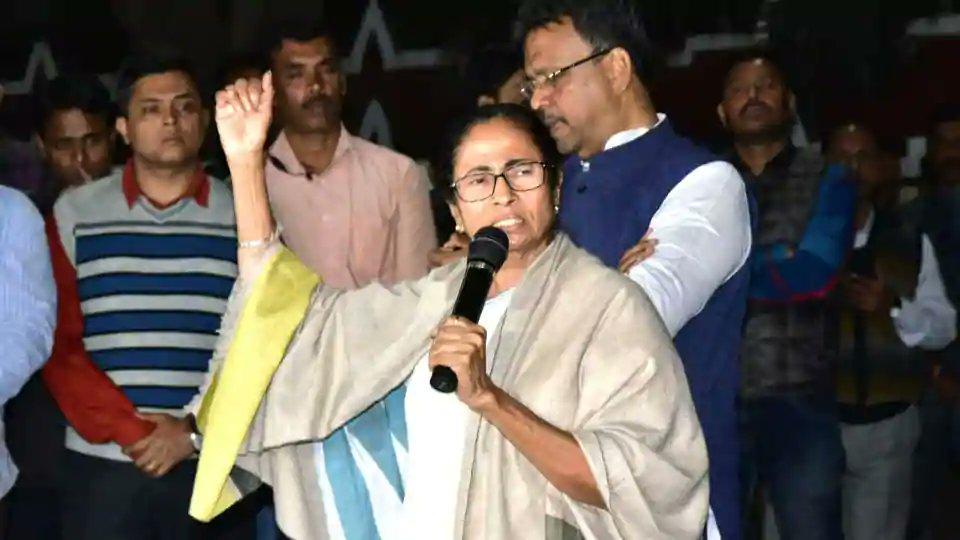 VIDEO: CBI और मोदी सरकार के खिलाफ़ धरने पर ममता बनर्जी, विपक्ष फिर दिख रही एकजुट!