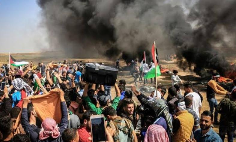 रिटर्न अॉफ मार्च: प्रदर्शन कर रहे फलस्तीनीयों पर इजरायली सैनिकों का हमला, दर्जनों घायल