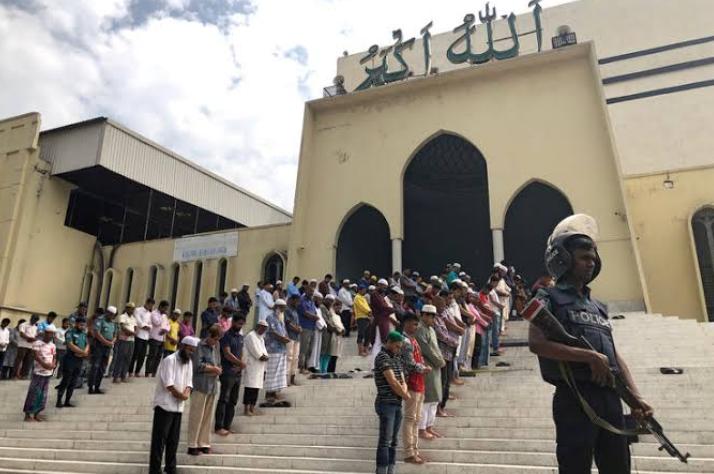 न्यूज़ीलैंड मस्जिदों पर हमला: सड़कों पर उतर कर नमाज़ अदा की गई!